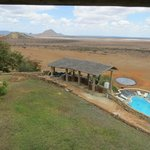 Blick über Pool und Bar