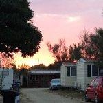 tramonto sul campeggio zona bungalow e camper