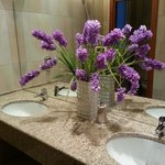 bella l'idea dei fiori nel bagno... anche se veri sarebbero stati meglio