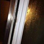 грязь на дверках душевой кабины