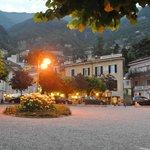 l'hôtel le soir, vue depuis l'embarcadère de Moltrasio