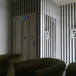 l entrée avec l ascenseur et le salon d accueil
