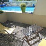 Terrasse privative juste à côté de la piscine