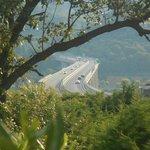 vue de la pisine, sur l'autoroute bruyante