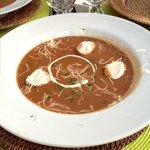Рыбный суп пюре с крутонами и соусом айоли