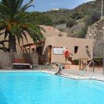 La piscina, en su estado habitual (desierta y apetecible)