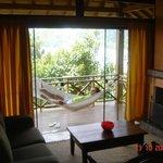 Sala com lareira e varanda - à noite é criado um clima super romântico