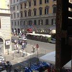 вид из окна на улицу и рынок