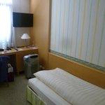 Скромная постель в скромном номере