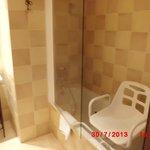 baignoire avec siège de douche installé à la demande