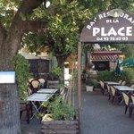 Café restaurant de la Place et sa terrasse ombragée