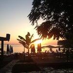 Это пляж утром. Восход. Но он слишком далеко, чтобы рассвет встречали все, кто хочет.