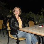 lezzetli kapadokya şarapları eşliğinde ürgüp manzarası