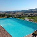 piscina agriturismo con vista sulle colline