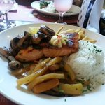 Salmon grille con vegetables