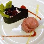 Lágrima de chocolate negro rellena de mousse de chocolate blanco