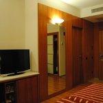 Habitación (televisión y puerta baño)