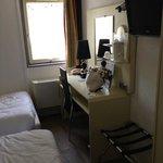 chambre petite avec en plus un lit bébé