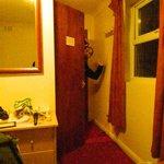 la stanza e la porta del bagno