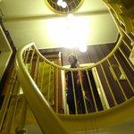 primeiro andar da escada caracol, em frente à porta do quarto