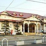 1907年に建てられた木造平屋建ての南海本線駅舎は、1998年に国の登録有形文化財に登録されている。