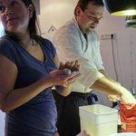 Der Koch und eine Fee beim Dinner vorbereiten