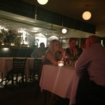 Et kik ind i den helt åbne restaurant fra et bord under markisen