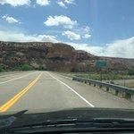 Estrada que corta os Red Cliffs