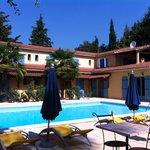 Vue sur la piscine et l'hôtel,depuis les tables de petit déjeuner, sur la terrasse
