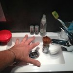 Camera 35, lavandino dei Puffi con manona, il pennello da barba più alto del rubinetto !