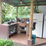 La cocina totalmente equipada con café gratis, leche y té.