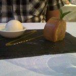 un dessert à l'ananas et glace pina colada
