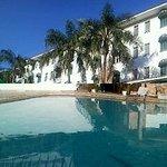 Fachado do hotel vista da piscina externa
