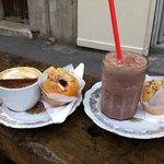 cappucino et ice chocolat avec 2 muffins