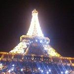 Torre Eiffel illuminata allo scoccare di ogni ora
