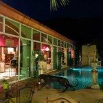 pool side vieuw towards terrace restaurant
