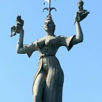 雕像訴說的是一個諸侯情婦,右手托着皇帝,左手托着教皇