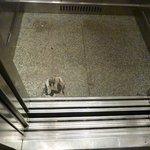 Elevador com um buraco no chão