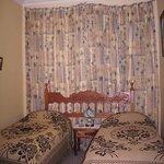 Habitación simple con dos camas, con disponibilidad de otra cama adicional, con aire acondiciona