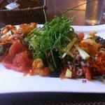 salade van zalm en scampi