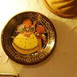 Il tipico piatto del Rösti appeso alla parete