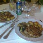 carne coperta di funghi, con patate e melenzane imbottite