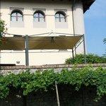 La maison principale et la terrasse qui bénéficie d'une magnifique vue