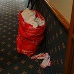 Sac linge sale traînant dans couloir plusieurs heures, moquette et déco près chambres anciennes