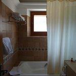 rideau douche, fenêtre au-dessus baignoire, déco ancienne