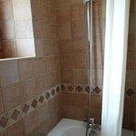 Déco vieillotte : rideau de douche, baignoire