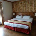 grande chambre, grand lit mais 2 matelas rapprochés non confortables