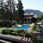belle vue du 1er étage sur piscine (mais bruit travaux sur chalet voisin quand j'y séjournais)