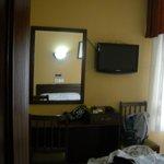 un espejito en la habitación triple
