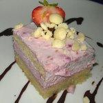 helado de frambuesa y chocolate blanco